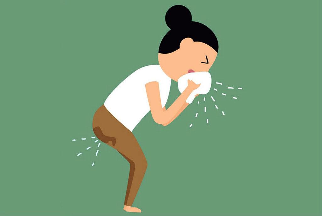 Mulher espirra e faz xixi devido à incontinência urinária de esforço