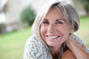 Mulher madura sorrindo ao ar livre